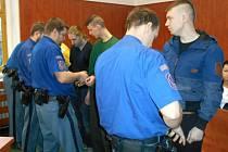 OBŽALOVANÍ POLÁCI putovali k soudu z vazby, kde pobývali přes tři měsíce.