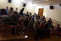 Hlediště loutkového sálu nabízí variabilitu míst k sezení. Standardní židle mohou doplnit nižší lavice pro děti.