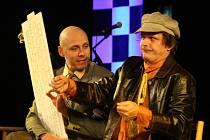Ředitel Štěpán Škoch (vlevo) se snaží přesvědčit nepořádného šoféra Michala Malátného (vpravo), že mu v autě něco ´klepe´.