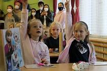 Devatenáct dětí ve středu poprvé usedlo do lavic postřekovské základní školy. Jejich třídní učitelka Kateřina Kuboňová jim třídu vyzdobila podle oblíbeného animovaného filmu Ledové království. Nechyběly ani hlavní pohádkové postavy Elsa, Anna a Olaf.