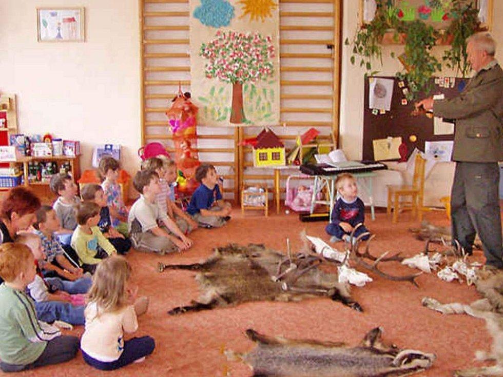 S předškoláky v Mateřské škole v Luženicích debatoval  a ukázal jim hodně zajímavých věcí Miloslav Zikmund z Klenčí