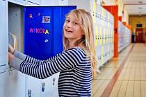 Dvanáctiletá Nikola Voráčová si svoji skříňku vyzdobila obrázky, magnetky se svým jménem i barevným visacím zámkem. Ředitelka  holýšovské školy říká, že žáci mají v nových skříňkách svůj vlastní kousek soukromí.