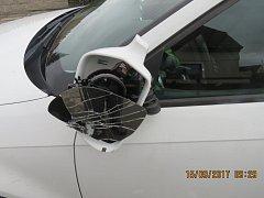 Poškozené auto před staňkovskou školkou