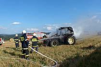 ZÁSAH POSTŘEKOVSKÝCH HASIČŮ v loňském roce – hašení traktoru na poli plném slámy.