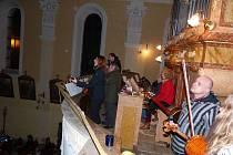 ZPĚVÁCI A MUZIKANTI NA KÚRU kostela sv. Martina se postarali příchozím o nevšední zážitek.