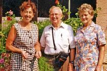 S bratrem Virgila P. Kirkhama se Zdeňka Sládková (vlevo) a Anna Thomayerová vyfotografovaly. Foto: archiv Z. Sládkové