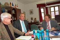 Z PŘÍPRAVNÉ SCHŮZKY VE WALDMÜNCHENU. Uprostřed bývalý starosta, dnes zemský rada Franz Löffler, vlevo organizátor Franz Smola a vpravo zastupující starosta Waldmünchenu Josef Brückl. Na snímku chybí starosta Klenčí Karel Smutný, který byl také přítomen.