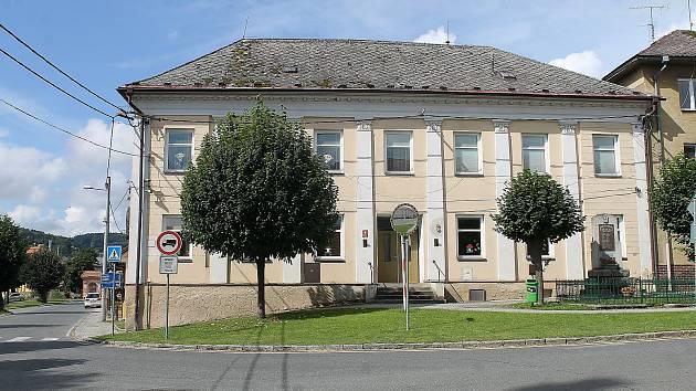 Budova školky v Trhanově je ve špatném stavu. Stropy navíc napadla dřevomorka. Obec řeší, zda objekt opravit, nebo raději postavit nový.