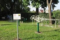 Fitness prvky na novém rehabilitačním hřišti v Holýšově slouží k protažení ramen, loktů, dolních končetin a podobně.