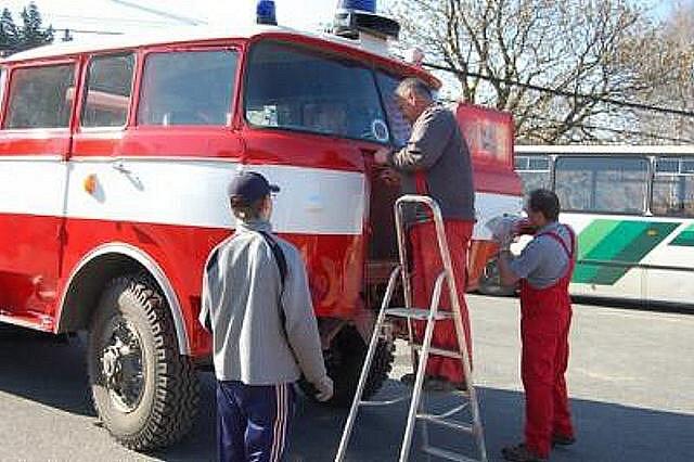 """Ze staré automobilové stříkačky si dílští hasiči udělali """"novou""""."""