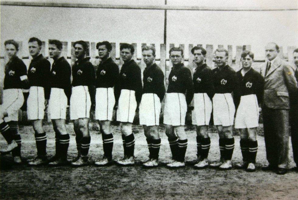 Historička Kristýna Pinkrová připravuje publikaci o historii Bělé nad Radbuzou a okolí. Na snímku je první fotbalové mužstvo.