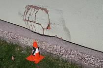 Řidič poškodil fasádu.
