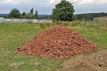 Hromada střešních tašek, či spíše co z nich zbylo, se objevila v sousedství stanětického hřbitova.