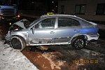 Vozidlo taxislužby vjelo do protisměru a tam se střetlo s nákladním vozem s cisternou.