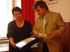 Známku pokřtil starosta Josef Holeček Horšovskotýnským vínem.