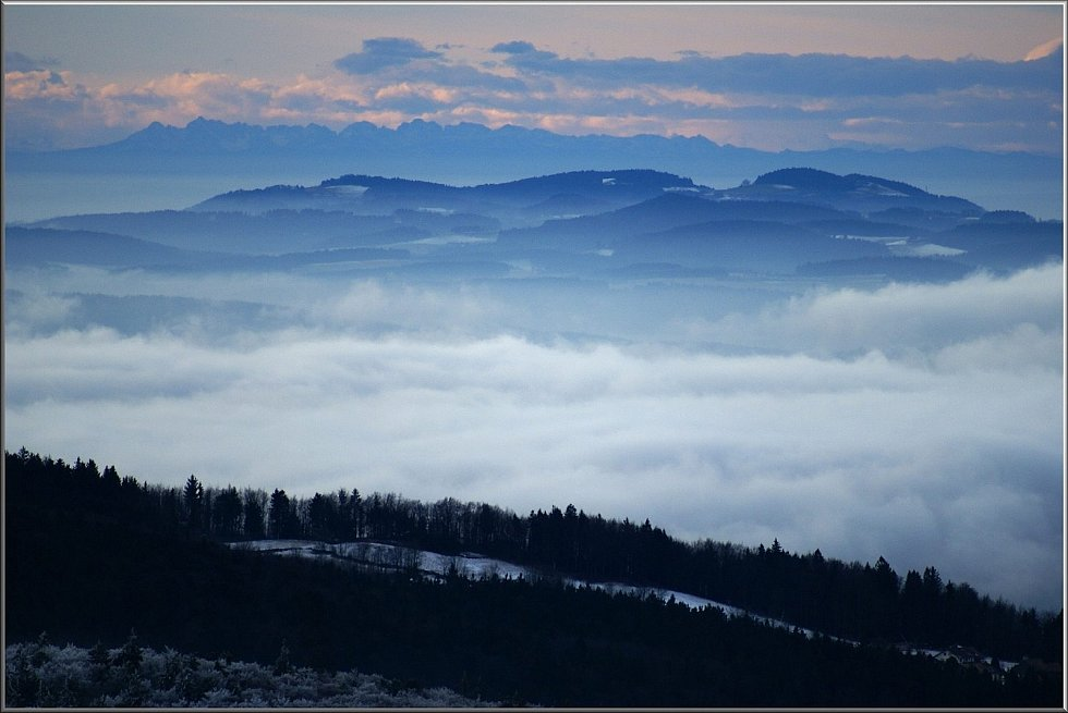 Čerchov za rozbřesku a poté, co se objevily Alpy.