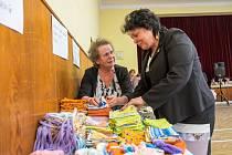 Božena Svobodová (vlevo) a Jaroslava Balounová probírají ušité sáčky pro nemocné děti.