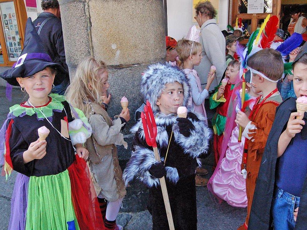 Slavící děti v kostýmech