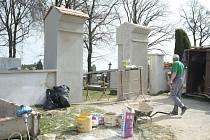 Oprava hřbitovní zdi v Bukovci.