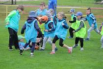 Kluci i holky si zasportovali na fotbalovém hřišti v Klenčí pod Čerchovem.