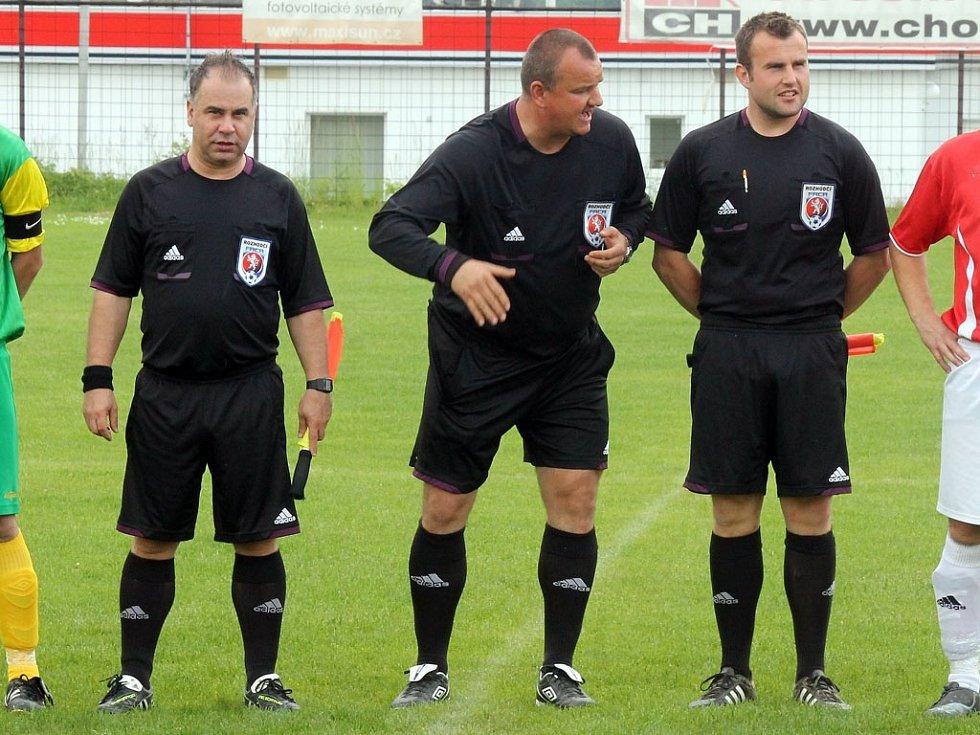 Z utkání fotbalistů Klenčí A s FC Dynamo H. Týn B a rozhodčí.