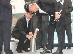 Poklep na základní kámen. Tím zakončily vedoucí osobnosti firmy i města položení základního kamene.