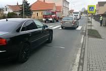 STŘET U PŘECHODU. Řidička octavie dávala přednost chodci, za ní jedoucí Audi narazilo do jejího auta.