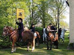 LEONHARDIRITT – jízda sv. Linharta začíná ve Furthu u kaple zasvěcené patronu domácího dobytka. Snímek je z roku 2011, kdy připadly Velikonoce až na konec dubna.