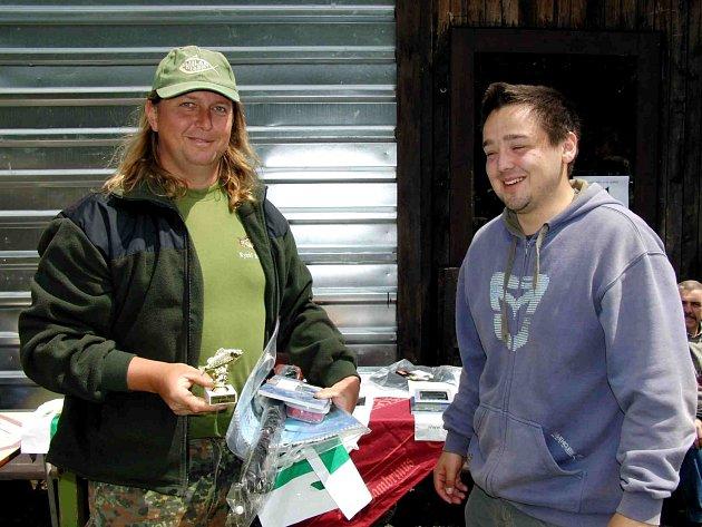 VÍTĚZ VLADISLAV VOJTA s místním Jakubem Přibylem (vpravo). Nejúspěšnější rybáři si odnesli hodnotné ceny, někteří se až divili, co vše vyhráli. Na desátého v pořadí čekal toaletní papír s mýdlem.