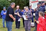CENA PRO NEJSTARŠÍHO SOUTĚŽÍCÍHO. Starosta Libor Picka ji předal v Kříži 82letému členovi týmu bělských veteránů Josefu Kurcovi.