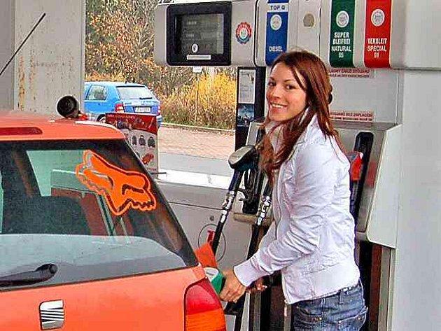 Za ceny, které mnohým řidičům připadají jako z pohádky, kupujeme v současné době benzin a naftu. Jejich zlevnění způsobil výhodný kurz dolaru, který je příznivý pro dovoz.