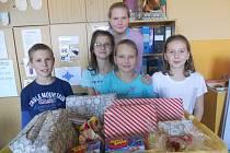 STAŇKOVŠTÍ ŠKOLÁCI a jejich dárky pro chudé děti.