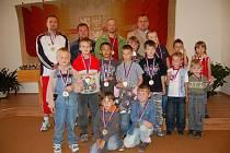 PŘEBORNÍCI. Na slavnosti v obřadní síni v Bělé nad Radbuzou bylo oceněno třináct malých fotbalistů a jedna fotbalistka. Zlaté medaile převzali i trenéří  úspěšného týmu.