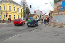 V ulici Komenského byla na několik hodin odkláněna silniční doprava přes ulici Mánesova do ulice Benešova.
