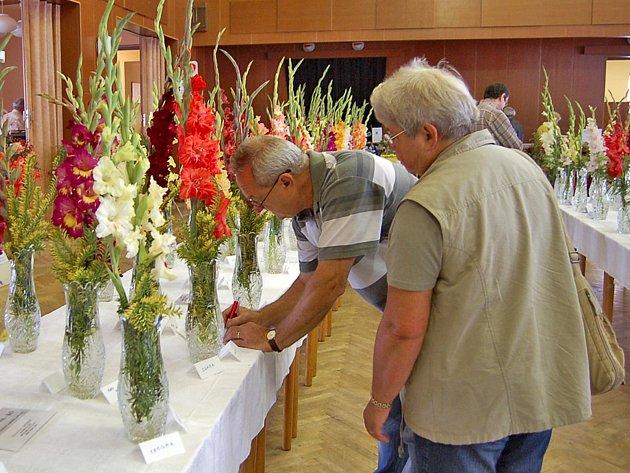 Ze staňkovské výstavy květin. Návštěvníci si často poznamenávají druhy, které se jim obzvláště líbí.