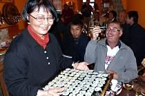 SUSHI, které připravila paní Masumi Böttcher Muraki, si pomocí hůlek doslova s vítězoslavným úsměvem odebral z podnosu Jiří Teplý.