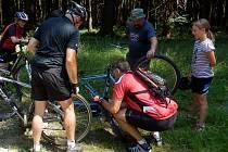 PREMIÉROVÁ CYKLOVYJÍŽĎKA ČESKÝM LESEM se obešla bez pádů a zranění, jen několik cyklistů během ní ´píchlo´. Zcela vpravo nejmladší účastnice Jana Nemergutová.