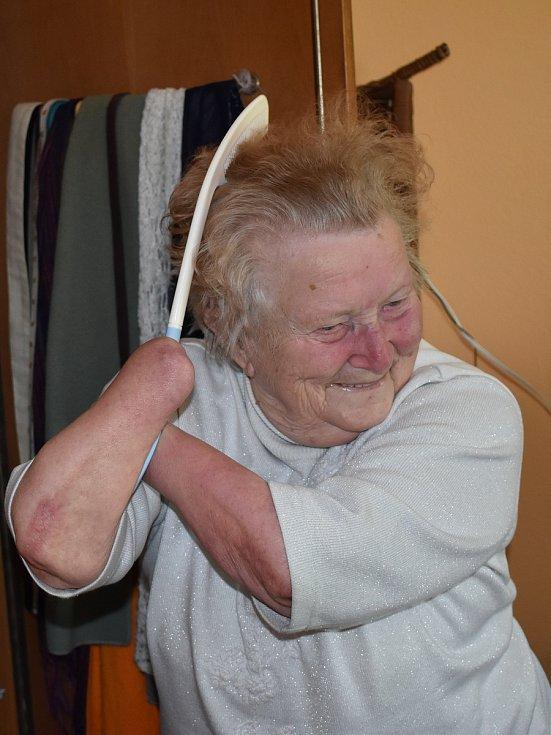 Anna Váchalová z Domažlicka, které matka jako miminku uřízla ruce, na archivních a současných fotografiích. na jednom snímku je její rodný dům ve Smržovicích.