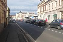 Ulice u pošty je přístupná jen pro automobily stavby a pošty. Uzavřena by měla být do 12. července.