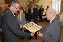 VIKTOR VIKTORA přebírá pamětní medaili z rukou domažlického starosty Miroslava Macha.