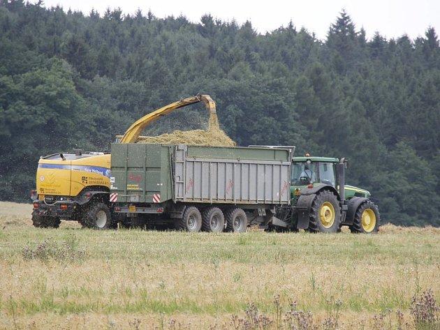 Zemědělci sklízejí slámu na poli nedaleko obce Třebnice. Jinde však ještě ani nezačali.