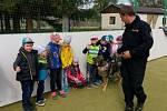 Policejní psovodi potěšili děti v blížejovské mateřské školce