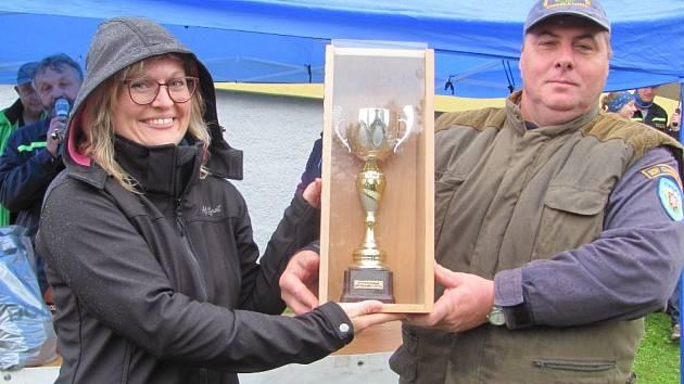 Vedoucí vítězného týmu Klenčí pod Čerchovem přebírá putovní pohár od starosty Chodské Lhoty.