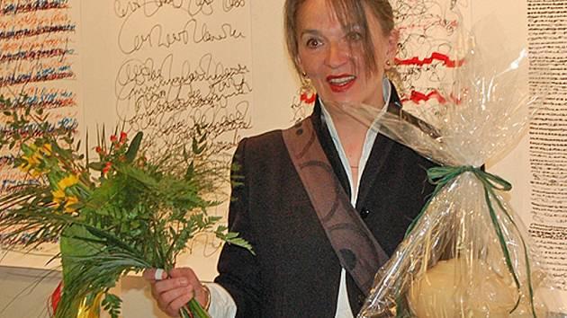 ZE STŘEDEČNÍ VERNISÁŽE. Anna Wheil pozorně naslouchala češtině, kterou se hodlá ještě více naučit.