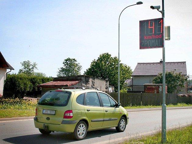 Nový měřič rychlosti v Blížejově upozorňuje řidiče nejen ukazatelem jejich aktuální rychlosti, ale při překročení povoleného limitu i jasně svítícím nápisem ´Zpomal´.