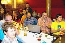 Štáb Sdružení pro město Domažlice sledoval průběžné výsledky v restauraci U Kocoura.