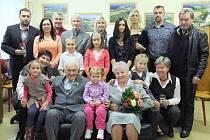 DIAMANTOVÁ SVATBA. Šedesát let soužití si připomněli na Obecním úřadě v Mrákově manželé Anna a Jan Forstovi ze Starého Klíčova. Nemohla při tom chybět rodina.
