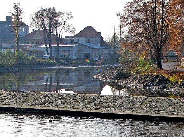 Radbuza v Horšovském Týně se čistí. Kvůli nánosům bahna stoupalo dno a zmenšovala se kapacita koryta řeky.