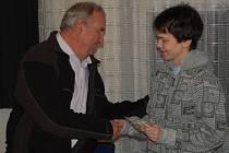 Jan Pangrác přebírá vánoční dárek před začátkem jednání zastupitelstva.