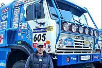David Šmatera před jedním z řady Kamarazů, které na Dakar přijely.